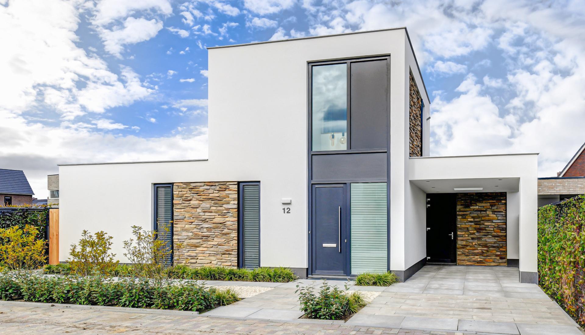 Modern huis met stucwerk en natuursteen